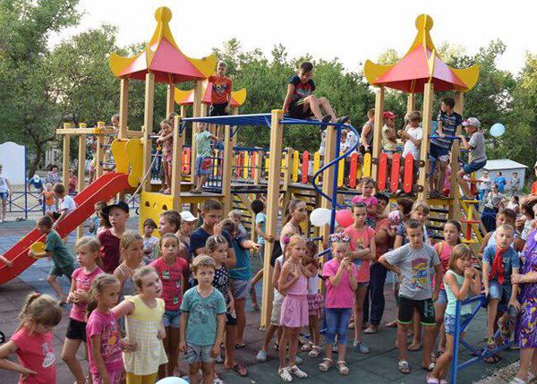 В Джанкое единороссы установили детский игровой комплекс