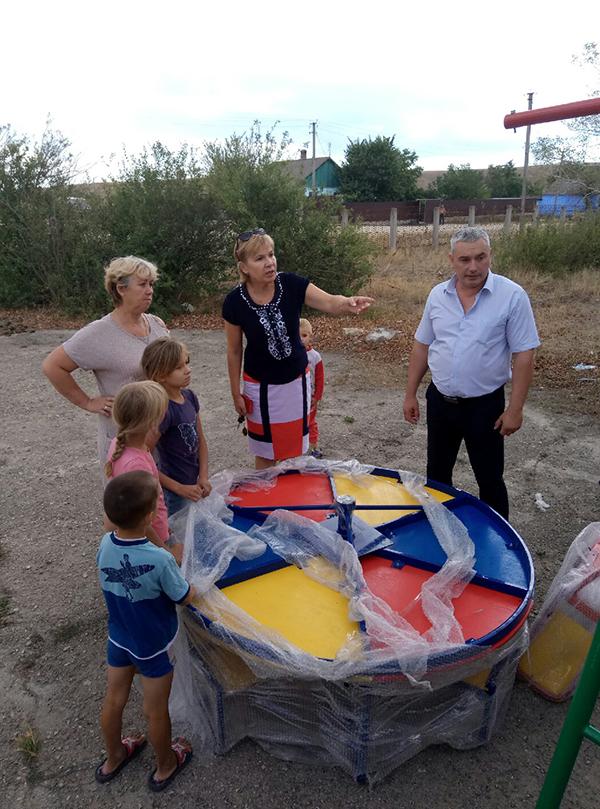 В селе Ивановка Ленинского района установили детский игровой комплекс