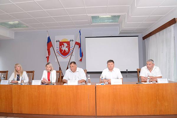 В Ленино представители законодательной и исполнительной власти провели консультации по вопросам имущественных и земельных отношений