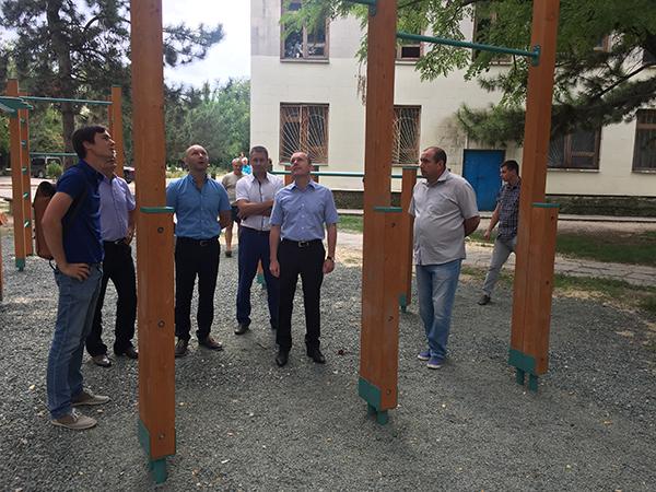 Константин Бахарев проверил ход реализации проекта «Детский спорт» в Нижнегорском районе