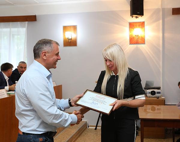 Владимир Константинов вручил сертификаты на приобретение детских площадок в Ленинском районе