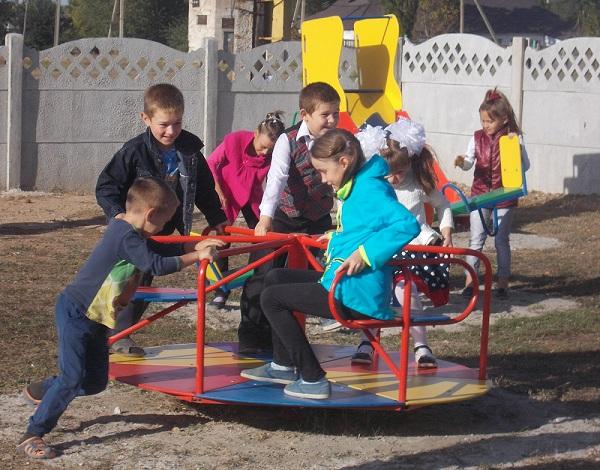 В селе Братское открыли спортивную и детскую игровую площадки